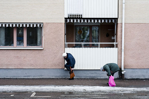 Ladies fixing their wintershoes on Svartbäcksgatan.